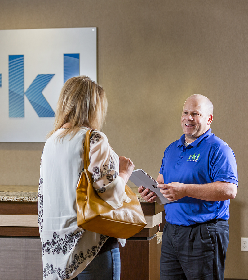 RKL-employee-greeting-customer